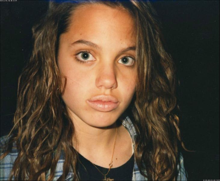 بالصورة   هذه أنجلينا جولي في 12 من عمرها