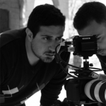 المخرج دافيد أوريان يوقع اسمه على فيلم سينمائي