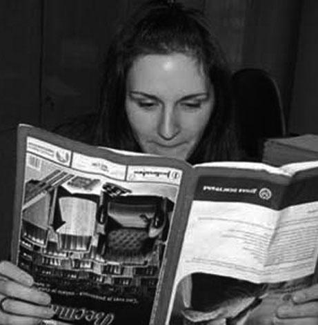 شي تك تك شي تيعا | فتاة لا ترتاح في القراءة الا إذا كان مقلوباً رأساً على عقب