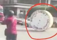 شي تك تك شي تيعا | علبة كابلات ضخمة تتمشى بين السيارات في شوارع لبنان