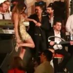 تريبل اي | فيديو لدومنيك حوراني وهي تخلع الحذاء على المسرح