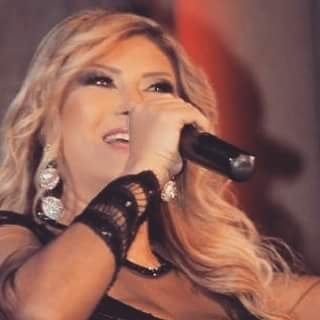 هالة هادي تتميز في أداء الأغنية الأردنية في جرش وتتألق بفستان من تصميم بسام نعمة