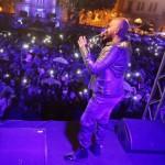 بالصور | الأمطار لم تمنع الآلاف من الغناء مع ناجي الاسطا ليلة راس السنة من وسط بيروت!
