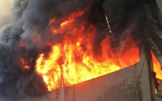 حريق كبير لمعمل في زوق مصبح
