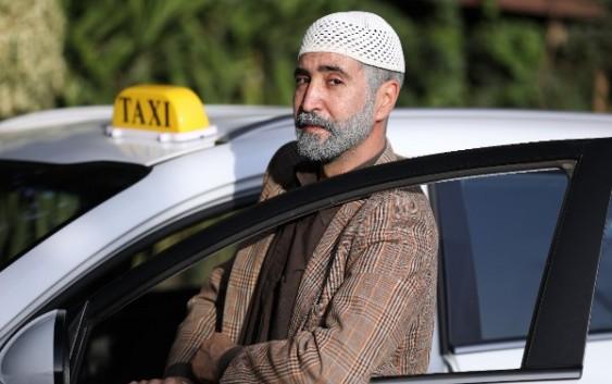 وسام صبّاغ يثير البلبلة في الشوارع اللبنانية بـ تاكسي أبو شفيق