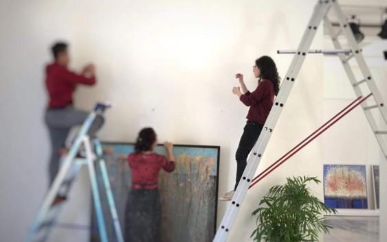 الفنانة جناح ابي يونس في اول معرض لها