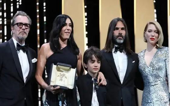 المخرجة نادين لبكي تفوز في كان وترفع اسم لبنان