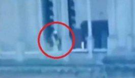 بالفيديو- شخص مريب يمشي في الممر الخارجي حول الكاتدرائية أثناء الحريق…فمن هو؟