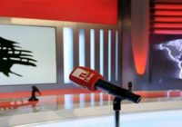 اعلامي يعلن استقالته بعلى الشاشة بداعي الهجرة